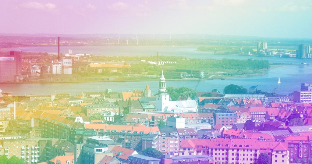 Et billede af Aalborg med regnbuefarvet filter henover